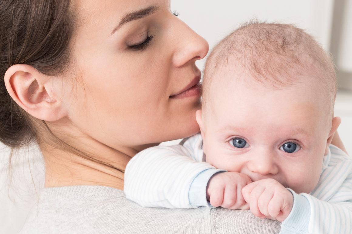 Mutter mit Kleinkind - Augenuntersuchung bei Säuglingen in der Augenklink Dr. Hoffmann