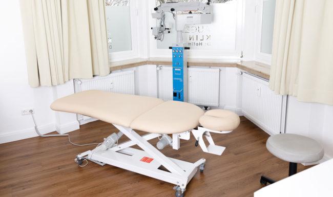 Praxisraum mit Untersuchungsliege und Geräten im Augenzentrum Bad Harzburg