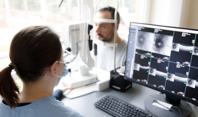 Patient bei Augenuntersuchung im Augenzentrum Isernhagen