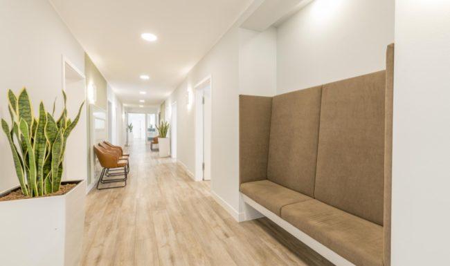 Flur mit Wartebereich für Patienten im Augenzentrum Göttingen