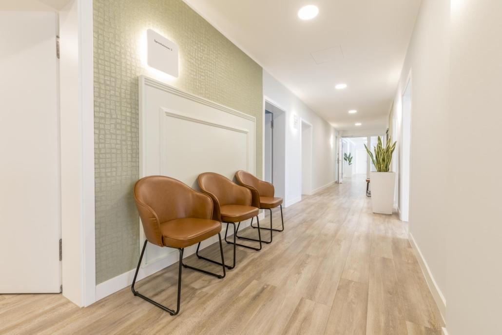 Lederstühle im Warteraum als Teil der Praxisaustattung im Augenzentrum Göttingen